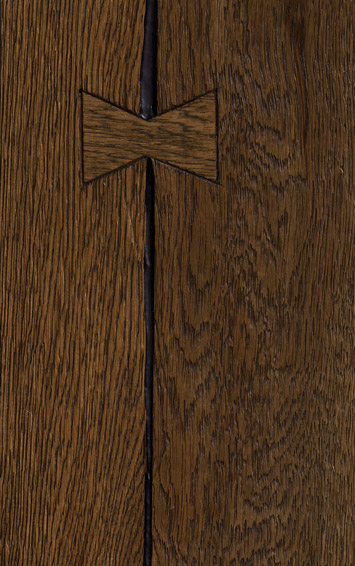 Bywood Plankegulv, 'Ole Style' Antik, Røget eg, Olieret, med lange fyldte svind-revner med 'butterfly'-chips